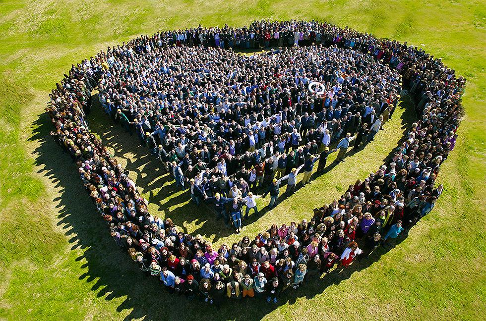 """""""תפקידנו כיהודים בחברה האנושית הוא להיות """"אור לגויים"""", לשמור על גחלת האחדות מעל הרגשת הפירוד ההולכת וגוברת, ולשמש בכך דוגמה ומופת לשאר העמים"""" (צילום: קבלה לעם)"""