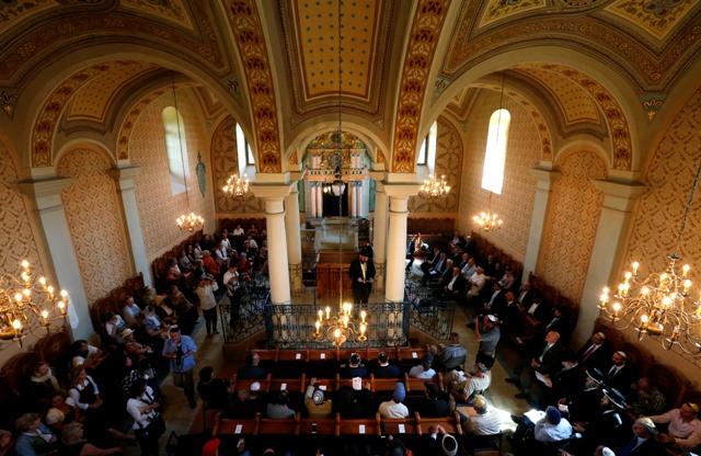 שבעים אחוזים מיהודי היבשת חוששים להגיע לתפילות ולחגיגות המשותפות בראש השנה וביום כיפור. תפילה בבית כנסת בהונגריה REUTERS/Laszlo Balogh