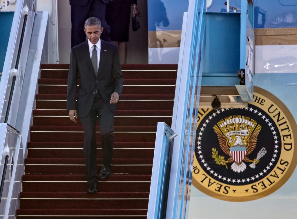 US President Barack Obama arrives at Ben Gurion Airport in Tel Aviv as he makes his way to the State funeral ceremony for late former President Shimon Peres at Mount Herzl, in Jerusalem, on September 30, 2016. Peres was hospitalized in the Sheba Medical Centre on  September 13, 2016, after suffering a stroke, and passed 2 days ago at the age of 93. Photo by Koko/Israel Airport Authority *** Local Caption *** áø÷ àåáîä ùîòåï ôøñ äø äøöì ìååéä äìååéä îîìëúéú