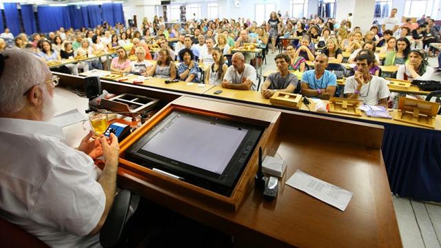 """הרב לייטמן במפגש עם בוגרי מכללת """"קבלה לעם"""" (צילום: קבלה לעם)"""