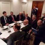 """""""טראמפ יושב דרוך בחדר המצב בפלורידה, מוקף בצמרת הממשל"""" (צילום: רויטרס)"""