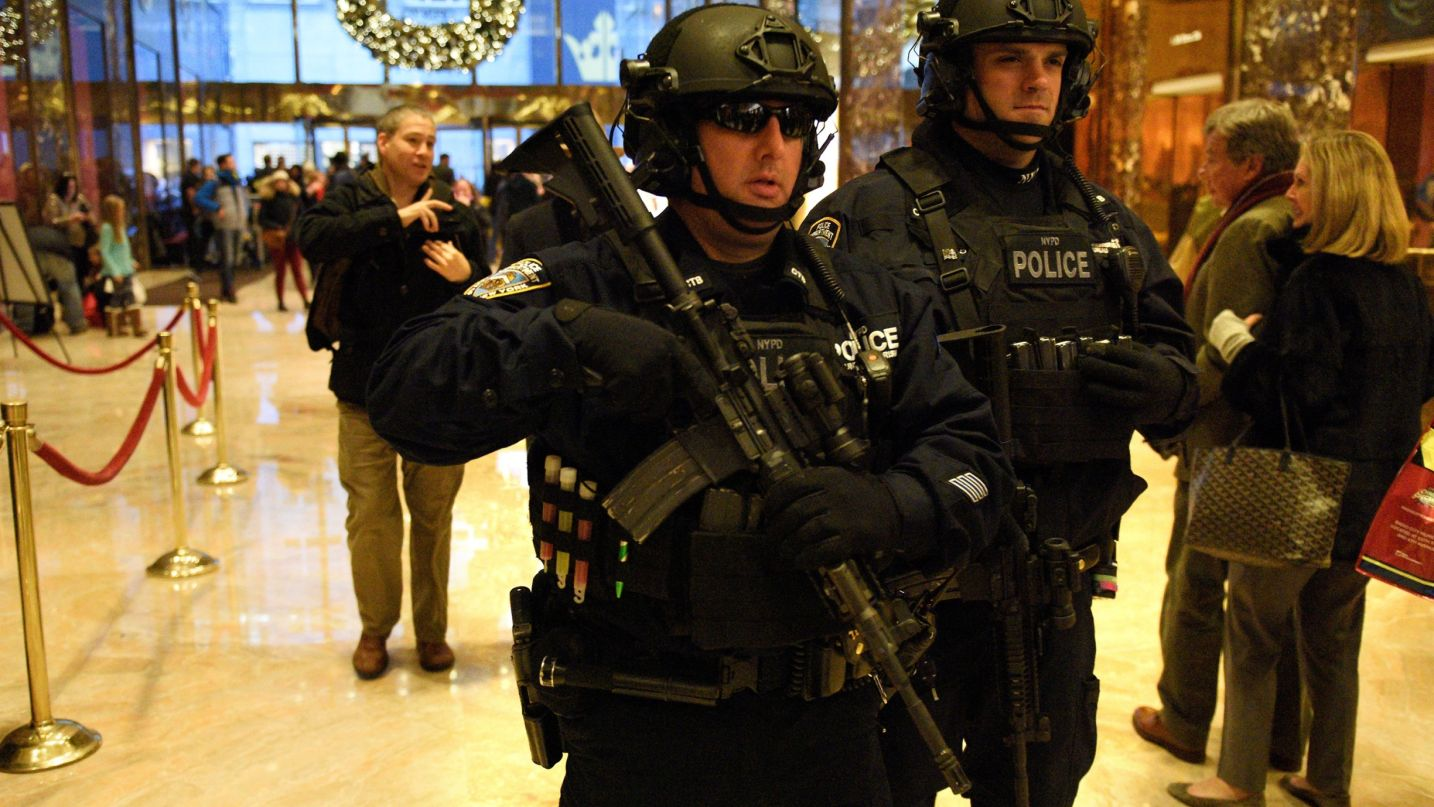 Degli ufficiali della polizia della città di New York pesantemente armati pattugliano all'interno dell'edificio Trump Tower di New York. Credit: REUTERS/Darren Ornitz