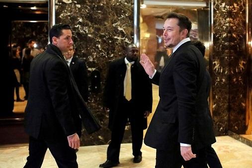 """Elon Musk: """"Ci sono buone probabilità che finiremo con l'avere un reddito minimo universale"""". REUTERS/Andrew Kelly"""