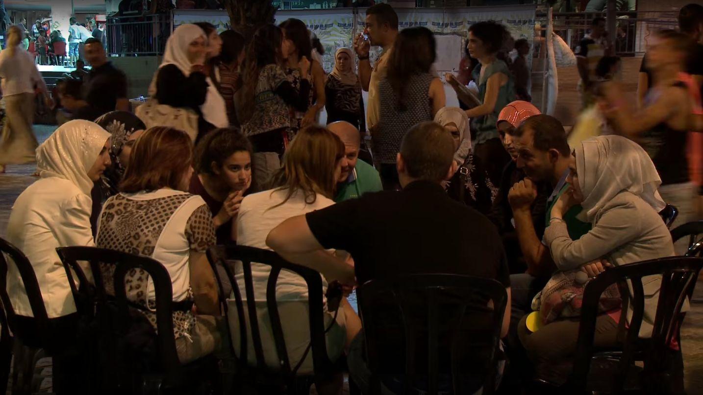 Arabi ed Ebrei in un Cerchio di Connessione in Eilat, estate 2014
