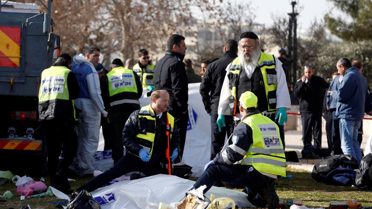 Forze di soccorso israeliane a lavoro sulla scena di un attacco terroristico avvenuto con un camion a Gerusalemme, 8 gennaio 2017 Credit:REUTERS/Ronen Zvulun.