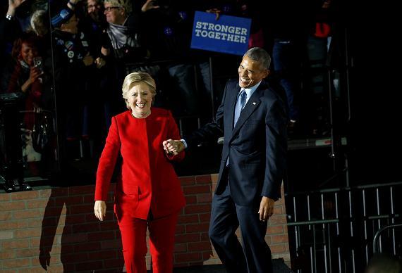 Il presidente degli Stati Uniti Barack Obama ed il candidato presidenziale democratico Hillary Clinton si tengono per mano alla conclusione di un comizio elettorale tenutosi il 7 novembre 2016 nella Independence Hall di Philadelphia, Pennsylvania REUTERS / Kevin Lamarque