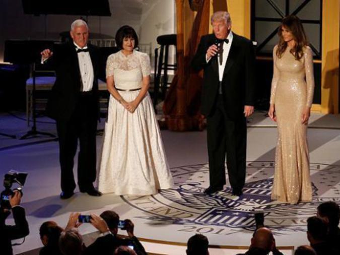 Il Presidente americano eletto Donald Trump (secondo da destra) e sua moglie Melania sul palco con il Vice Presidente eletto Mike Pence (Sinistra) e sua moglie Karen ad una cena a lume di candela di pre-inaugurazione con i sostenitori presso la Union Station di Washington, USA 19 gennaio 2017. REUTERS / Jonathan Ernst.