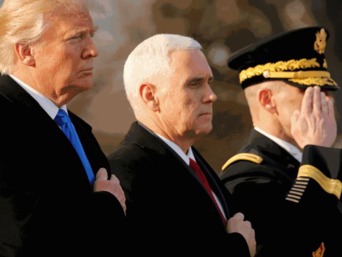 Il presidente eletto degli Stati Uniti Donald Trump (Sinistra) e il Vice Presidente eletto Mike Pence mentre depongono una corona di fiori alla Tomba del milite ignoto presso il Cimitero Nazionale di Arlington, Virginia, Stati Uniti JREUTERS / Jonathan Ernst