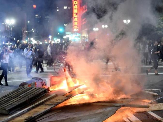 I manifestanti in rivolta dopo l'elezione del repubblicano Donald Trump come presidente degli Stati Uniti, da Oakland, California, Stati Uniti, il 9 novembre 2016. (Photo credit: REUTERS).