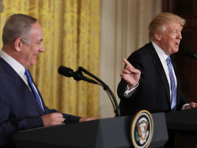 Il Presidente degli Stati Uniti Donald Trump (destra), sorride con il Primo Ministro israeliano Benjamin Netanyahu in una conferenza stampa congiunta alla Casa Bianca a Washington, Stati Uniti, 15 febbraio. Credit: 2017 REUTERS / Carlos Barria.