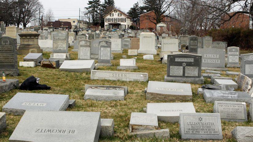Lapidi a terra dopo che alcuni vandali le hanno spinte dalle loro basi nel Mount Carmel Cemetery, Philadelphia, 27 febbraio 2017 Credit: REUTERS/Tom Mihalek.