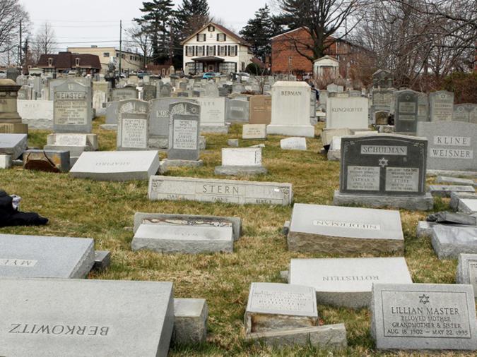 Lapidi a terra dopo che alcuni vandali le hanno spinte dalle loro basi nel Mount Carmel Cemetery, Philadelphia, 27 febbraio 2017 Credit: REUTERS/Tom Mihalek