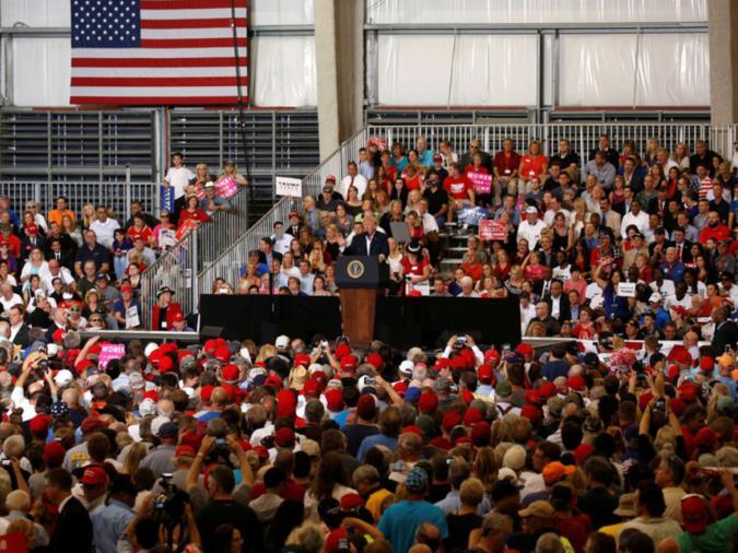 """Il Presidente degli Stati Uniti Donald Trump mentre tiene un raduno di """"Make America Great Again"""" ad Orlando-Melbourne International Airport di Melbourne, Florida, Stati Uniti 18 febbraio 2017. Credit: REUTERS / Kevin Lamarque."""
