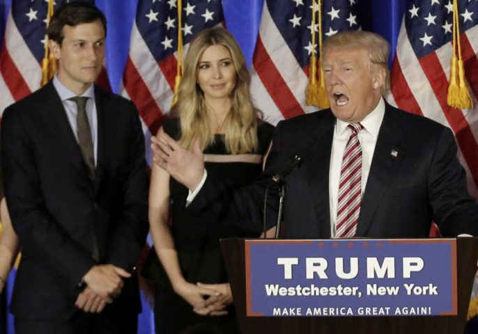Donald Trump parla mentre suo genero Jared Kushner e sua figlia Ivanka ascoltano .. (photo credit: REUTERS)