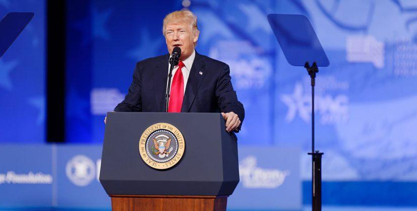 Il presidente americano Donald Trump presenta una dichiarazione sugli attacchi missilistici su una base aerea siriana, nella sua tenuta di Mar-a-Lago a West Palm Beach, Florida, Stati Uniti, il 6 aprile 2017. (photo credit: REUTERS)