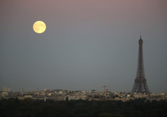 Una super-luna sorge nel cielo vicino ala torre Eiffel come si vede da Suresnes, Parigi occidentale. (photo credit: REUTERS)